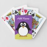 Pingüino lindo del dibujo animado con colores bril baraja de cartas
