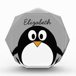 Pingüino lindo del dibujo animado con el fondo