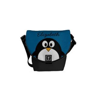 pingüino lindo del dibujo animado con el fondo azu bolsas de mensajeria
