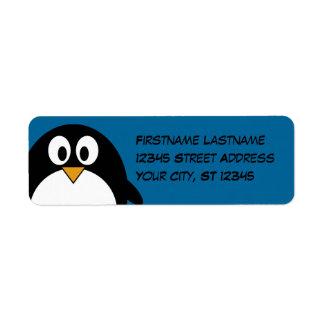 pingüino lindo del dibujo animado con el fondo azu etiqueta de remitente
