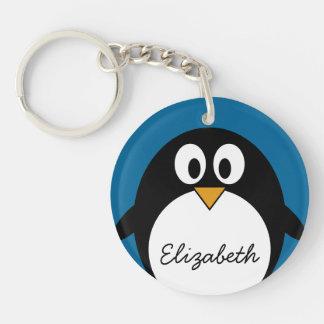 pingüino lindo del dibujo animado con el fondo azu llavero redondo acrílico a una cara
