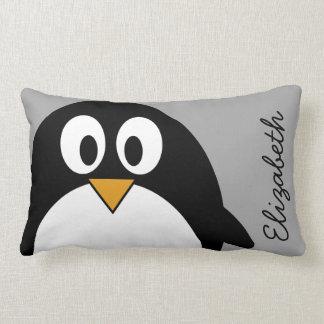 Pingüino lindo del dibujo animado con el fondo almohadas