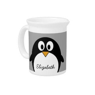 Pingüino lindo del dibujo animado con el fondo jarras de beber