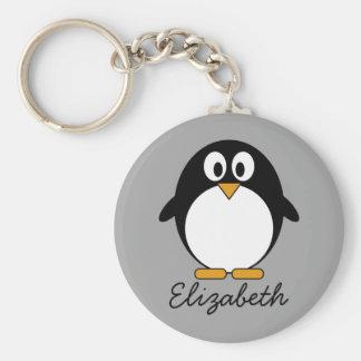 Pingüino lindo del dibujo animado con el fondo llavero redondo tipo pin