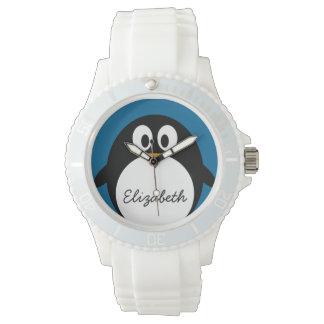 pingüino lindo del dibujo animado con el fondo relojes de pulsera