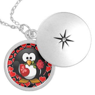 Pingüino lindo del dibujo animado con los regalos collar plateado