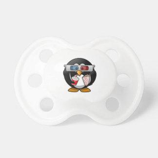 Pingüino lindo del dibujo animado en las películas chupetes para bebes