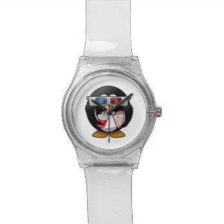 Pingüino lindo del dibujo animado en las películas reloj de mano