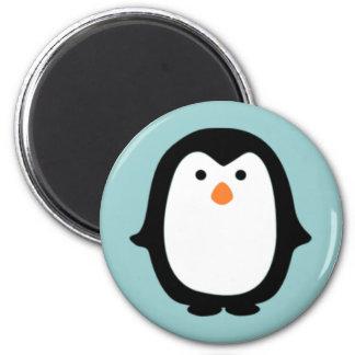 Pingüino lindo del dibujo animado imán redondo 5 cm