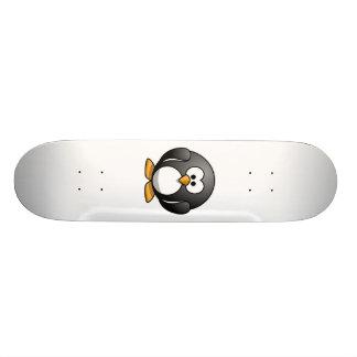 Pingüino lindo del dibujo animado patin