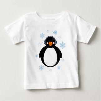 Pingüino lindo del navidad en orejeras playera de bebé