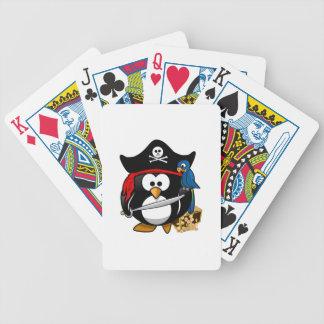 Pingüino lindo del pirata con el cofre del tesoro baraja de cartas