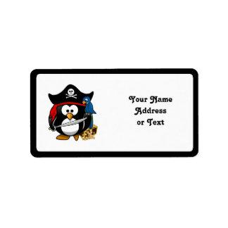 Pingüino lindo del pirata con el cofre del tesoro etiquetas de dirección