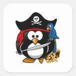 Pingüino lindo del pirata con el cofre del tesoro colcomanias cuadradases