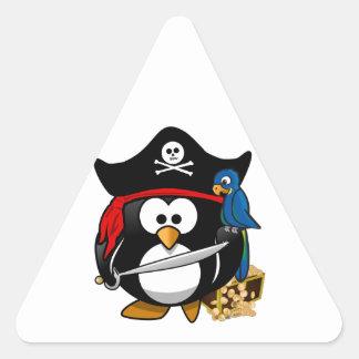 Pingüino lindo del pirata con el cofre del tesoro pegatinas trianguladas