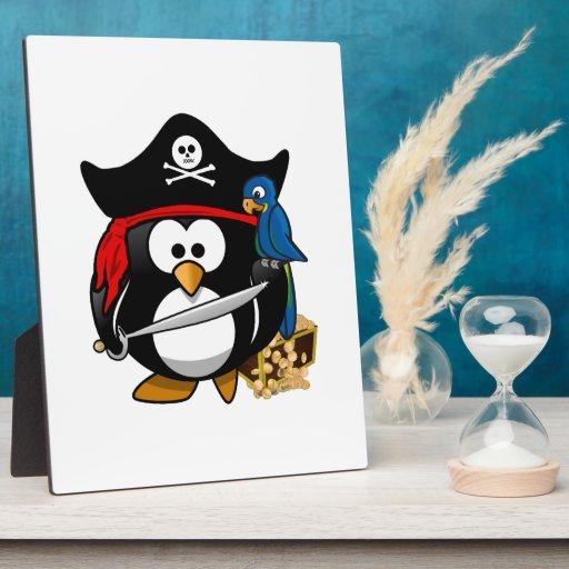 Pingüino lindo del pirata con el cofre del tesoro placa