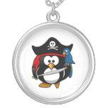 Pingüino lindo del pirata del dibujo animado con e pendiente
