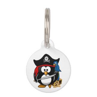 Pingüino lindo del pirata del dibujo animado con identificador para mascota