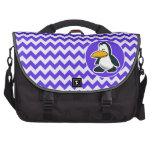 Pingüino lindo en Chevron violeta azul Bolsa Para Ordenador