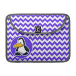 Pingüino lindo en Chevron violeta azul Funda Macbook Pro
