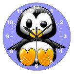 Pingüino lindo en el reloj de pared azul