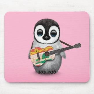Pingüino lindo que juega rosa de la guitarra de la mousepad