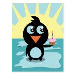 Pingüino lindo que se coloca en el hielo postales