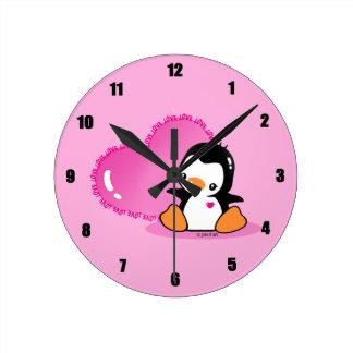 Pingüino lindo reloj redondo mediano