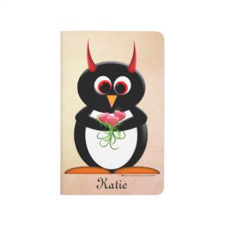 Pingüino malvado lindo con el diario de las flores cuaderno grapado