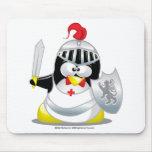 Pingüino medieval del caballero tapete de ratón