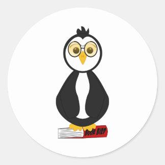 Pingüino Nerdy lindo del ratón de biblioteca Pegatina Redonda