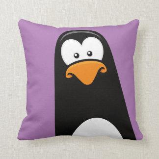 Pingüino peculiar del dibujo animado en púrpura cojín
