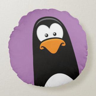 Pingüino peculiar del dibujo animado en púrpura cojín redondo