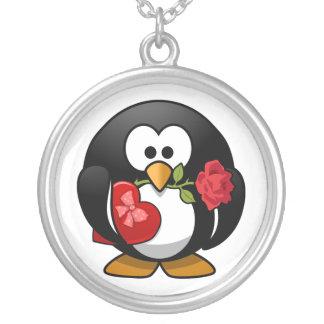 Pingüino pegado amor con los regalos de la tarjeta colgantes