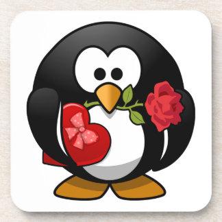 Pingüino pegado amor con los regalos de la tarjeta posavaso