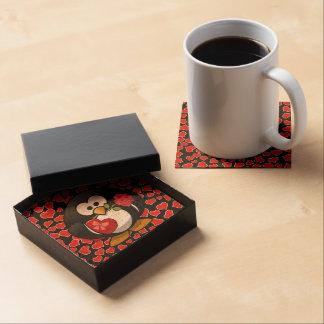 Pingüino pegado amor con los regalos de la tarjeta posavasos