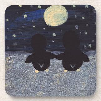 Pingüino por la luz de luna posavasos de bebida