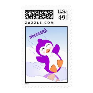 Pingüino púrpura adorable que juega en el franqueo