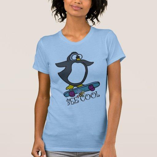 Pingüino que anda en monopatín fresco de la abeja camiseta