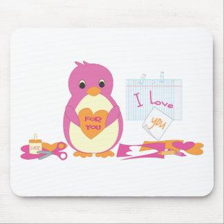 Pingüino que hace a tarjetas del día de San Valent Tapetes De Ratón