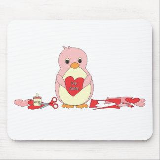 Pingüino que hace a tarjetas del día de San Valent Alfombrilla De Raton