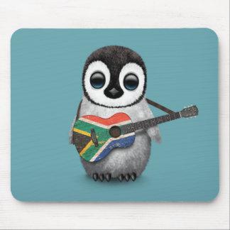 Pingüino que juega el azul surafricano de la alfombrillas de ratón