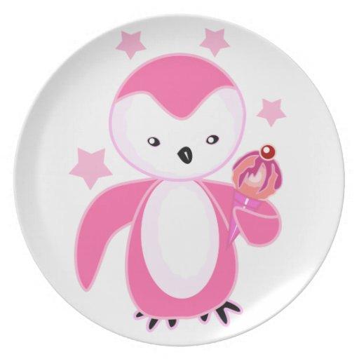 Pingüino que lleva a cabo rosa del helado platos de comidas