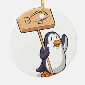 Pingüino que lleva a cabo una muestra de madera adorno navideño redondo de cerámica