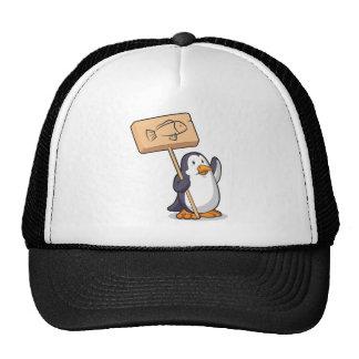 Pingüino que lleva a cabo una muestra de madera gorro de camionero