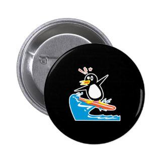 pingüino que practica surf gofy pin redondo 5 cm