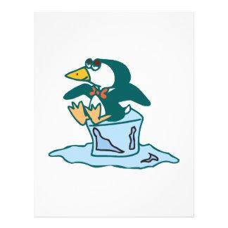 pingüino que se sienta en el cubo de hielo tarjetas publicitarias