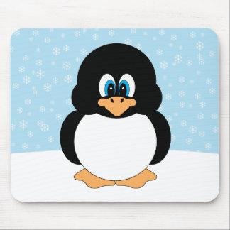 Pingüino rechoncho con los copos de nieve Mousepad