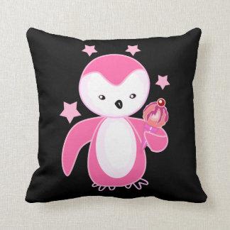 Pingüino rosado bonito con estafa del helado cojines