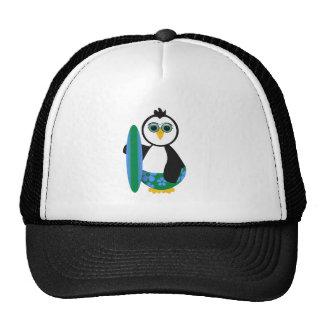 Pingüino soleado lindo de la persona que practica gorro de camionero
